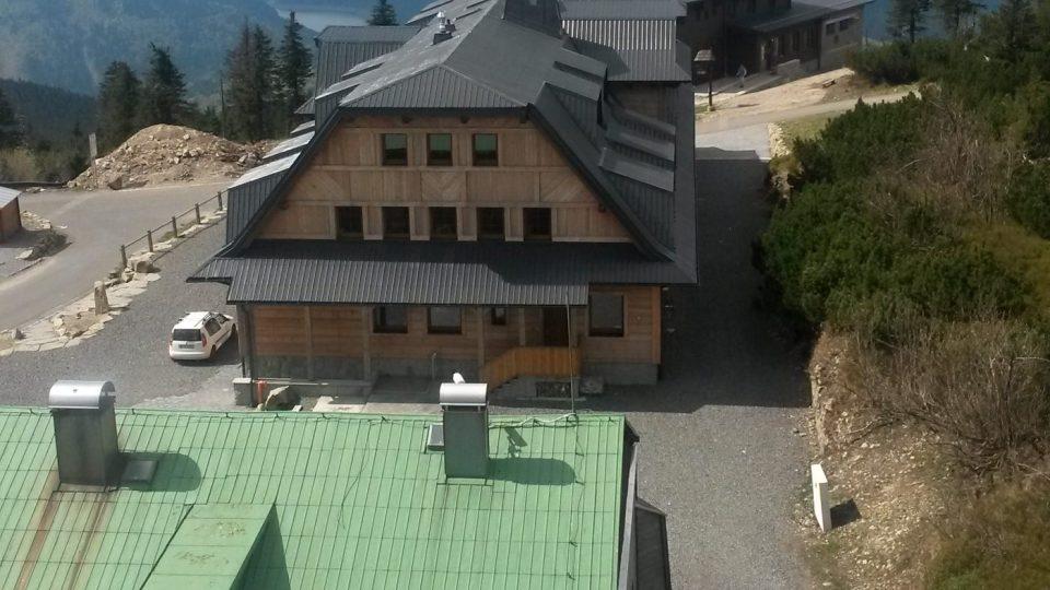Výhled z ochozu vysílače na nové turistické chaty