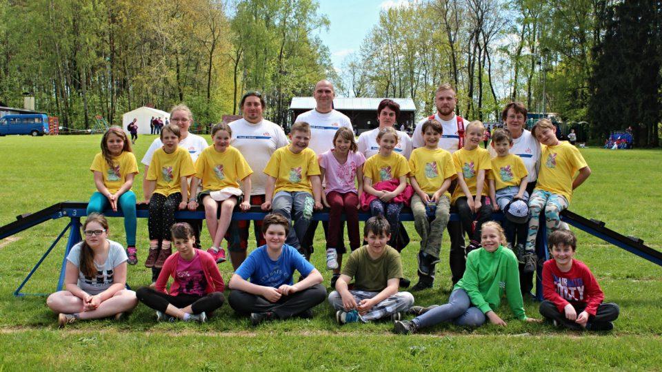 Kolektiv mladých hasičů na soutěži ve Svatém Jiří v květnu 2016
