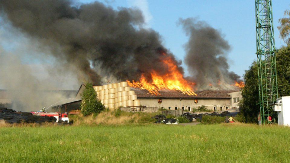Požár kravína v Líšnici v srpnu 2008 byl zatím nejrozsáhlejším požárem posledních let