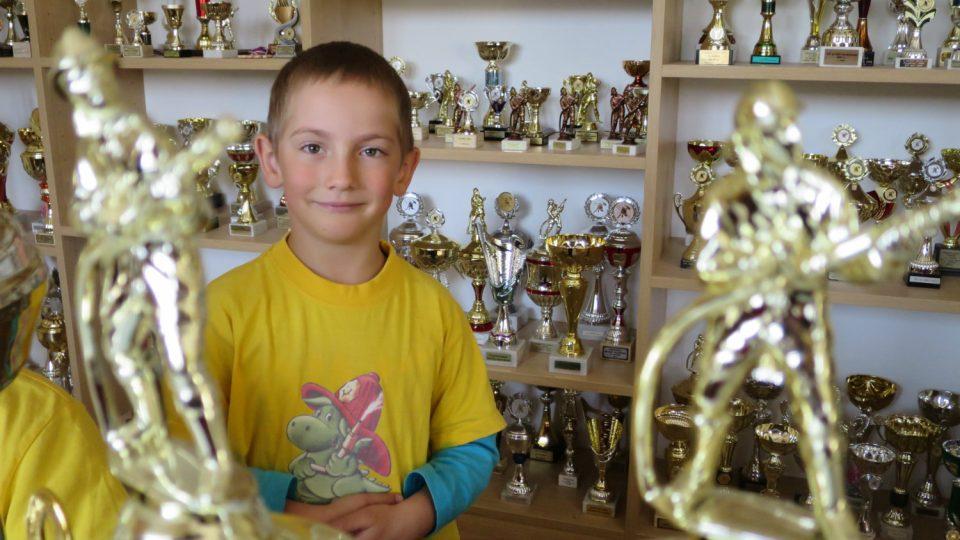 Jeden z nejmladších hasičů SDH Líšnice mezi poháry v klubovně