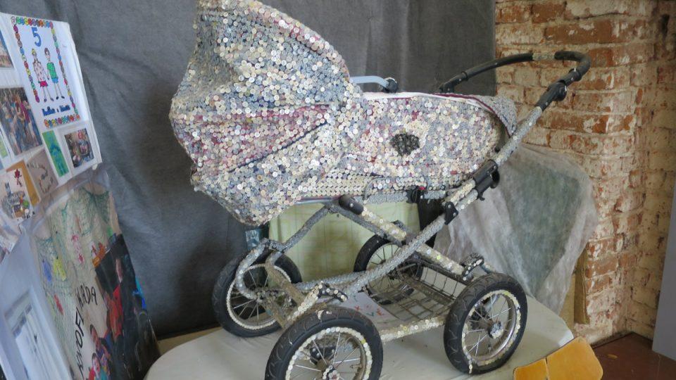 Knoflíkový kočárek vyrobily děti ze Znojma