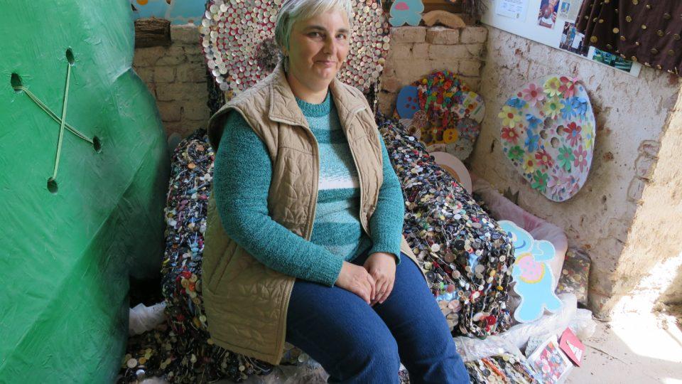 kastelánka Krasava Šerkopová na křesle, které pokrývá rekordní návlek z knoflíků