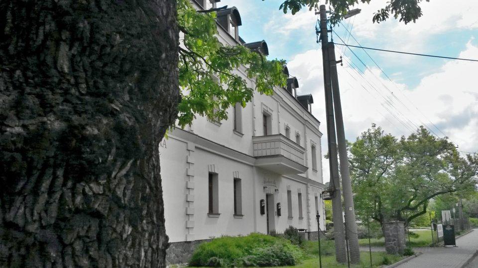 V těsném sousedství památných dubů je Adámkova vila
