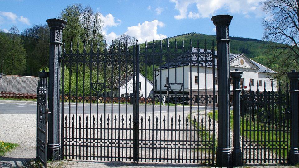Památkově chráněná je i brána do areálu parku pocházející z doby vlády podnikatelské rodiny Kleinů