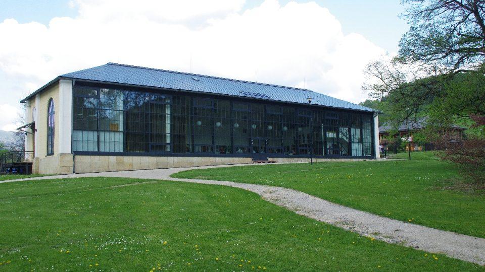 Bývalá oranžerie dnes slouží jako kulturní dům