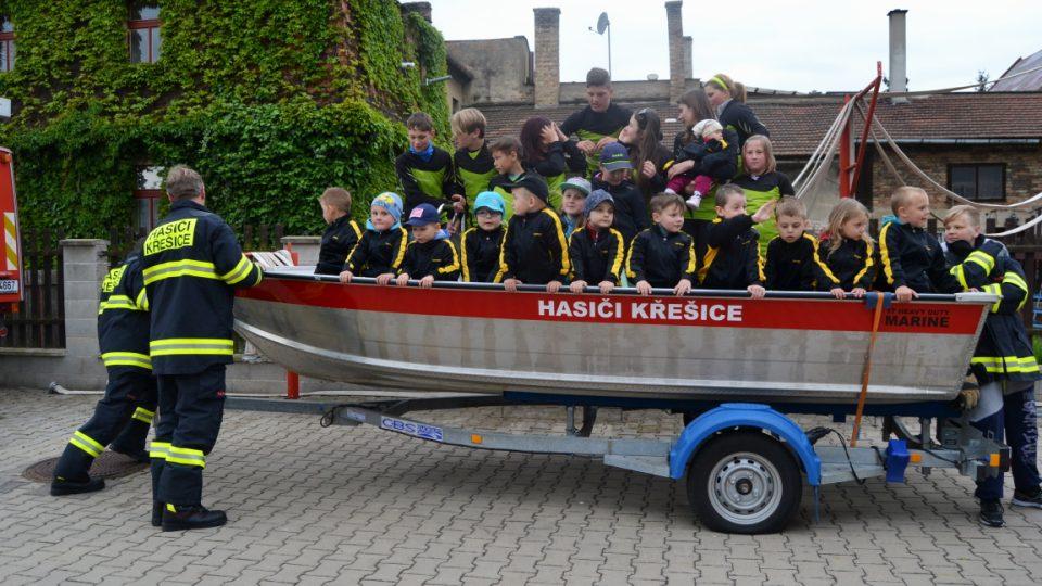Hasičské děti na lodi