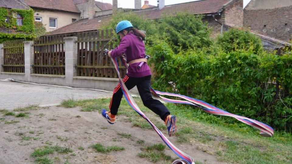 Hasičský sport v podání mladé hasičky z Křešic, hadice nesmí chybět