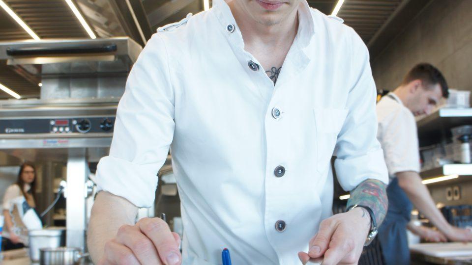 Přemek Forejt při přípravě brambota