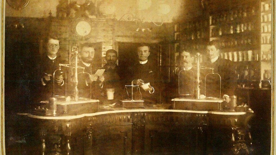 Interiér lékárny U černého orla, snímek z konce 19. století, kdy ji provozovali lékárníci Krásný a Formánek