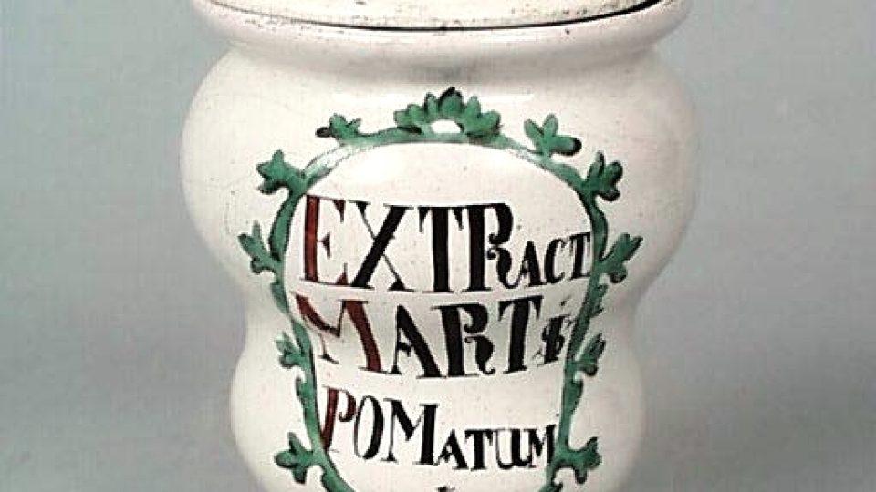 Keramická dóza na přípravek z jablečné šťávy s přísadou železa zvaný Martis pomatum (Mars označoval železo). Z lékárny U černého orla v Plzni