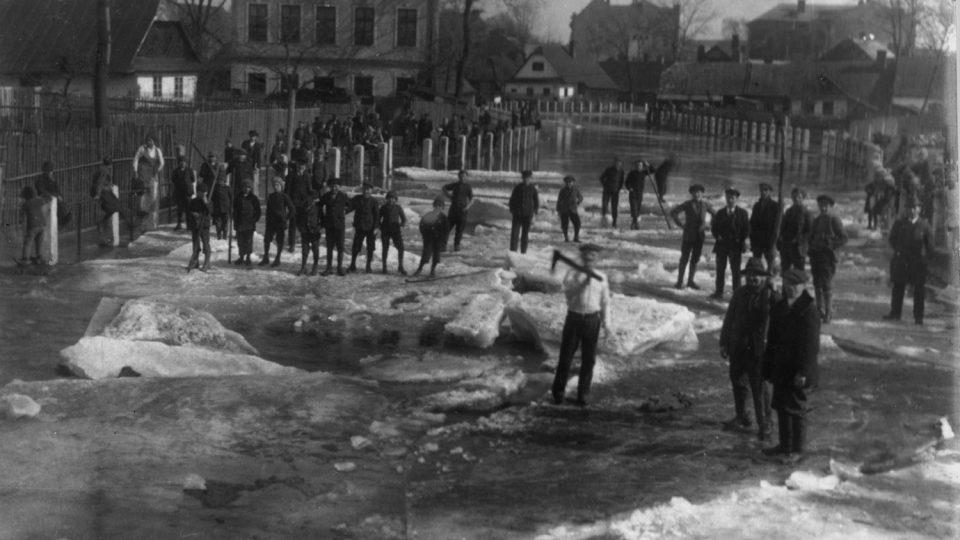Ledy na Chrudimce v Hlinsku, archivní fotografie z meziválečného období