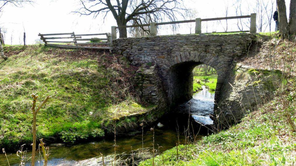 Starý kamenný most přes Chrudimku v obci Kameničky