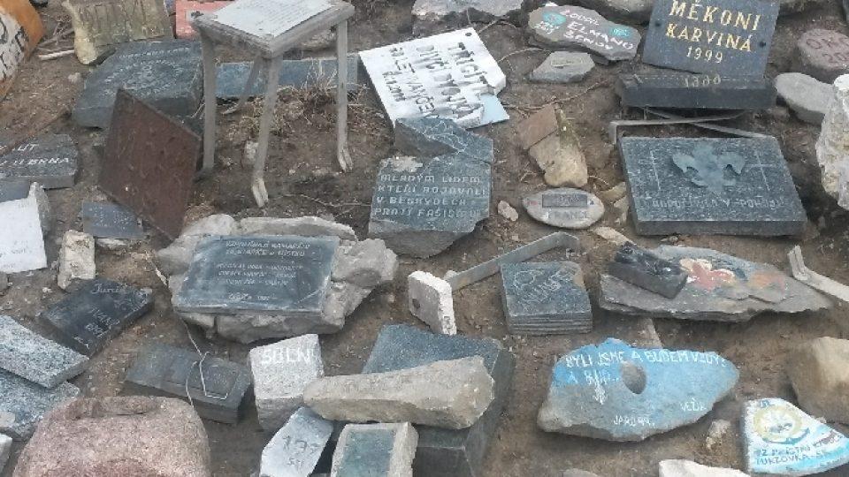 Patří ke cti každého skauta donést čím jak největší kámen nebo se alespoň na něm nějak podepsat