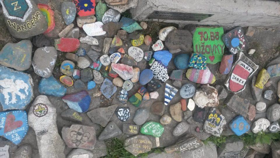 Množství zdobených kamenů z mohyly
