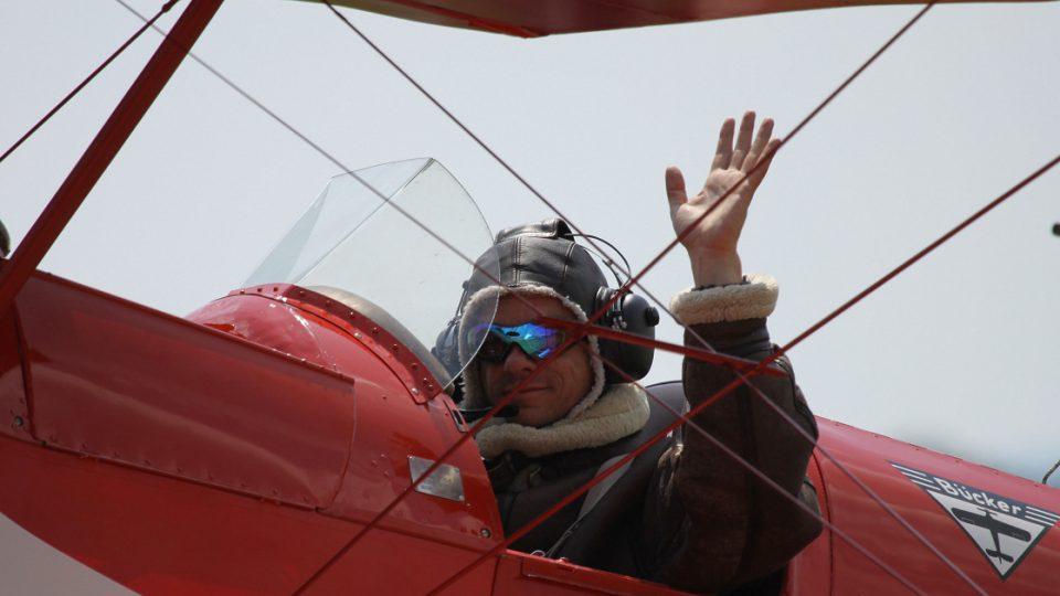 Jan Rudzinskyj ve svém červeném dvouplošníku CASA