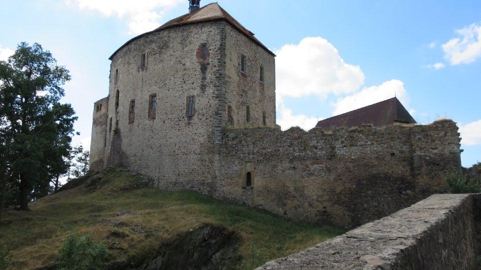 Hrad Točník býval sídlem krále Václava IV. Dnes tu sídlí Agáta s Martinem