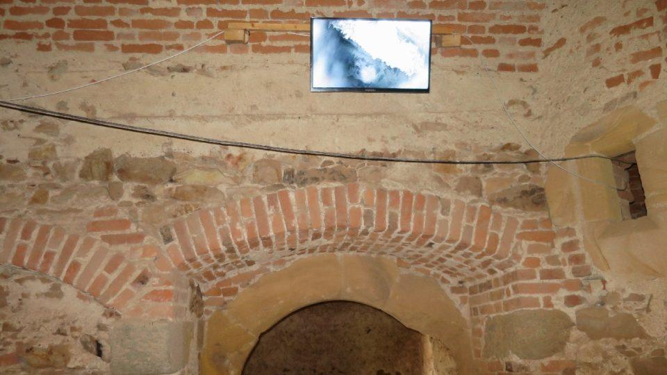 Obrazovka ve sklepení Točníku, kde je možné detailně sledovat netopýry