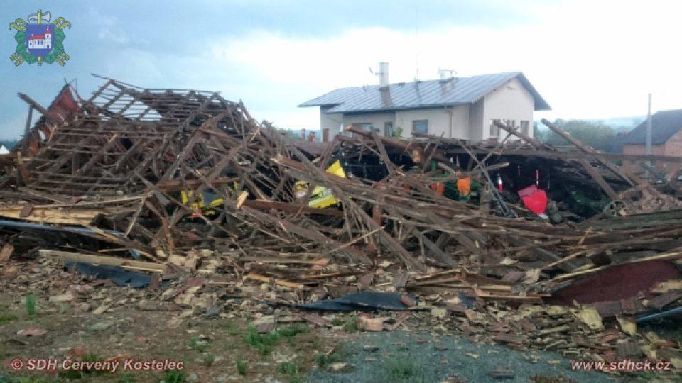 Silná bouře 24. května odpoledne v Červené Hoře na Náchodsku zbourala stodolu, zničila střechu zemědělské usedlosti a lámala stromy