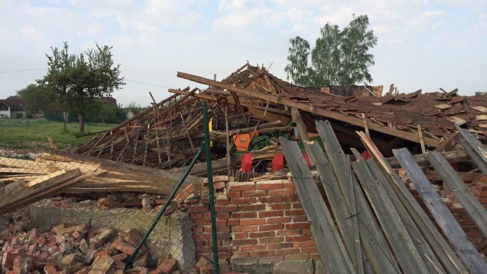 """Škody po bouři v Červené Hoře na Náchodsku. Podle místních tu """"řádilo"""" tornádo"""