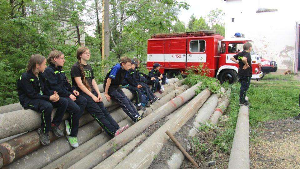 Děti před hasičárnou