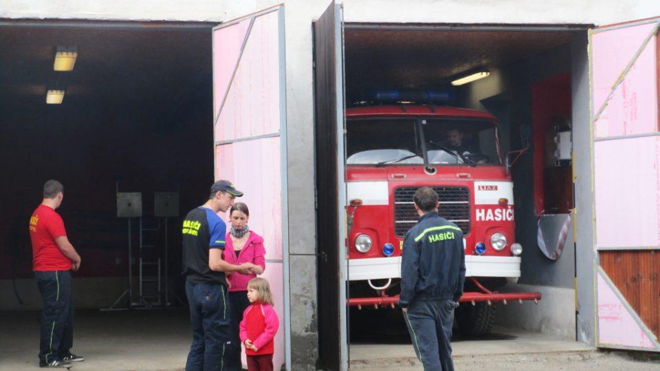 Hemžení před hasičárnou