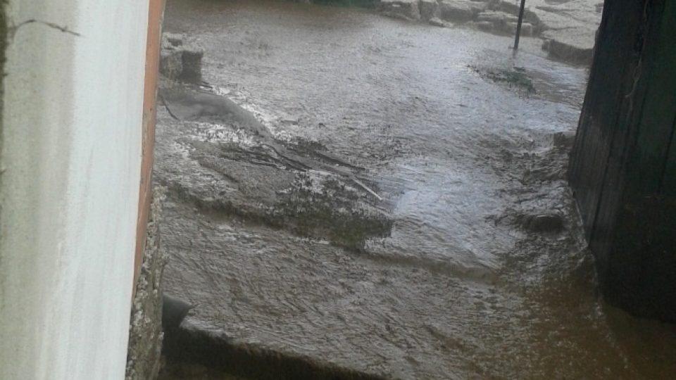 Bouře se přehnala i přes Jihočeský kraj. Vesnici Malý Ježov na Táborsku doslova zaplavily kroupy