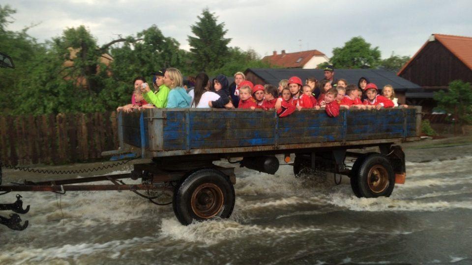 Královehradecký kraj zasáhla silná bouře. Hasiči museli evakuovat asi sto padesát dětí od 6 do 15 let v nedalekých Jílovicích