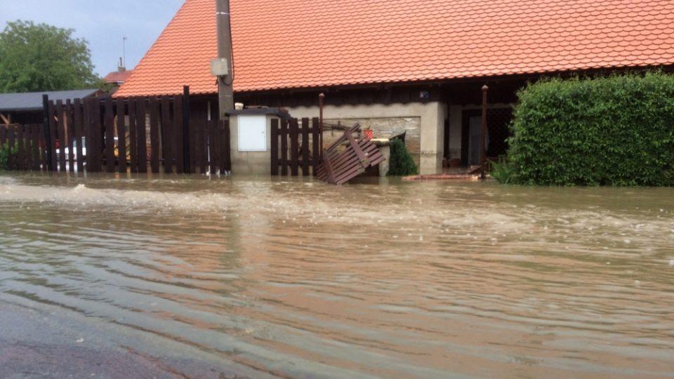 Královehradecký kraj zasáhla silná bouře. Hasiči proto zasahovali i v obci Jílovice