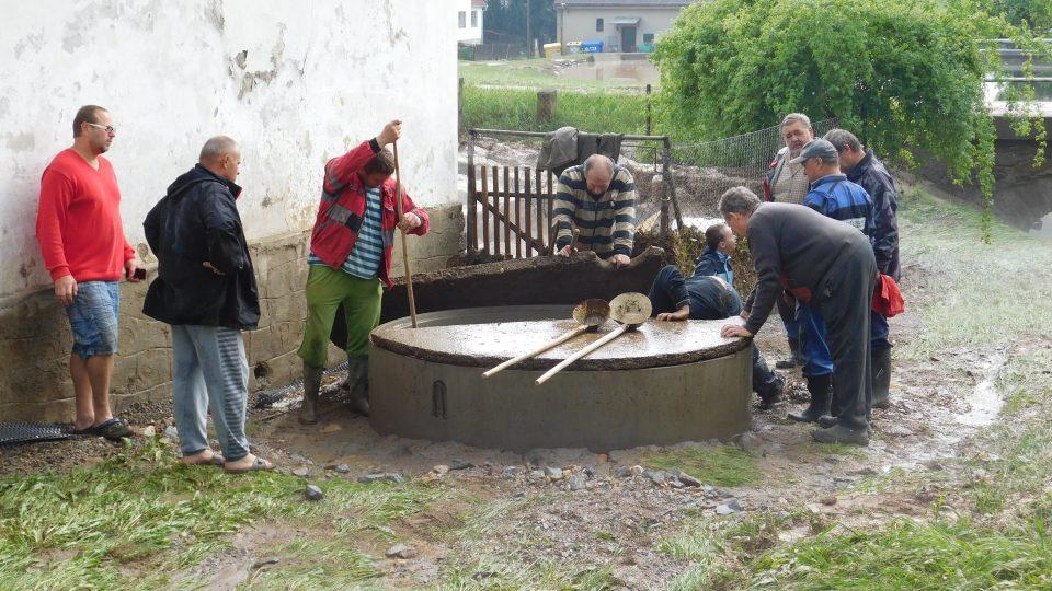 Průtrž mračen s kroupami v Malém Ježově na Táborsku