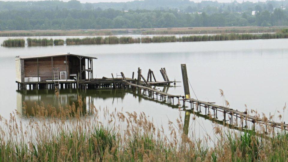 Na vodě je asi 70 rybářských chatek