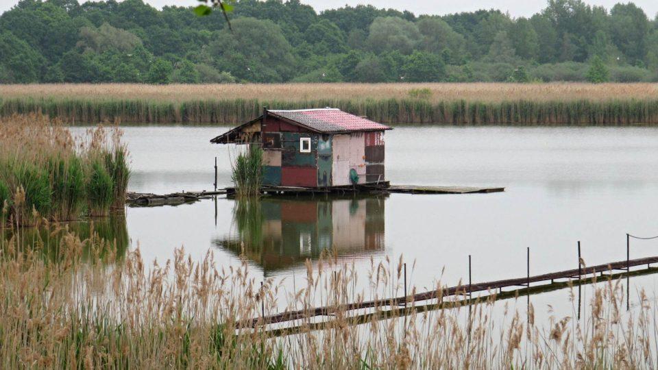 Jedna z rybářských chatek na hladině Heřmanického rybníka