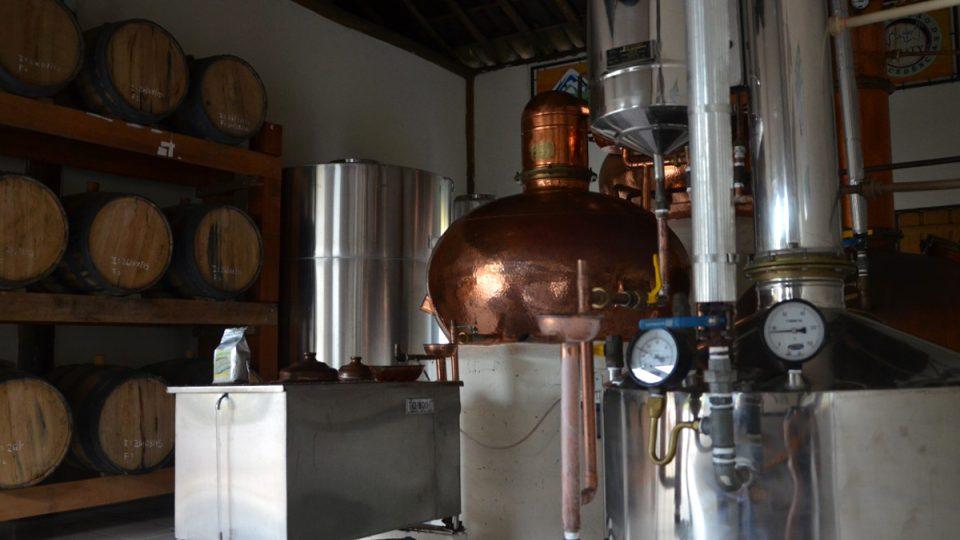 Destilace. Na levé straně se destiluje tradičním způsobem. Ve stříbrném válci se dovařuje ethanol pro pohon aut
