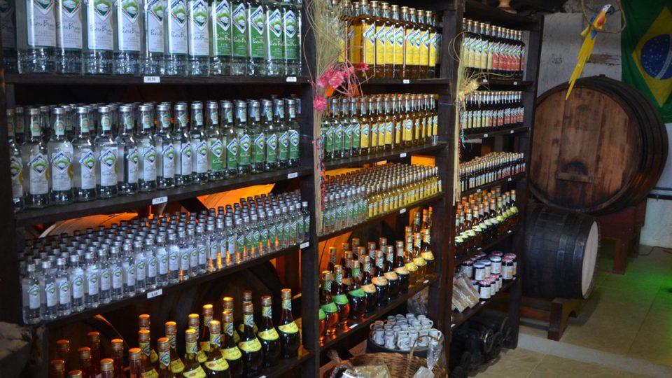 Sestrou třtinového rumu je brazilská pálenka z cukrové třtiny zvaná kašasa
