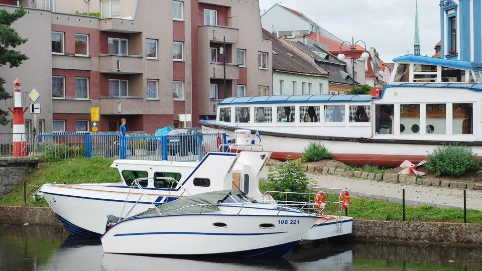 Rekreační lodě kotví v Pardubicích u restaurační lodi Otava