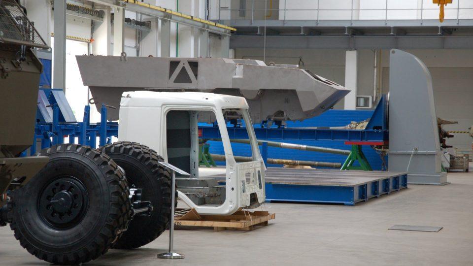 Vojenská vozidla v hale firmy Tatra Defence Vehicle