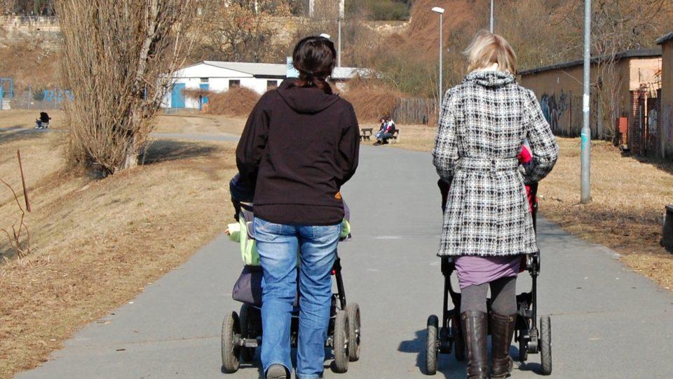 Stezka pro pěší a cyklisty bez bílé středně dělicí čáry svádí k tomu chodit či jezdit prostředkem