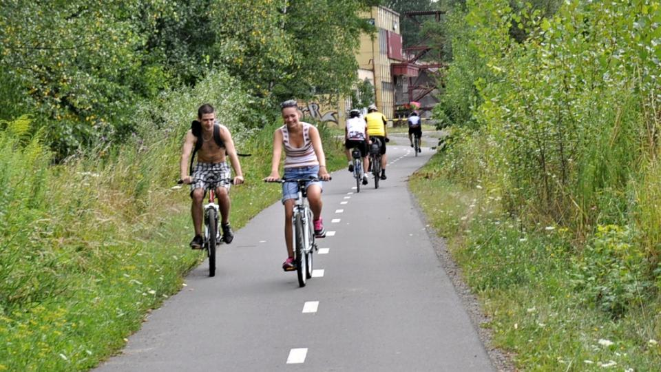 Stezka s bílou střední dělicí čárou vede cyklisty i chodce k pravé straně. To je důležité hlavně v nepřehledných zatáčkách