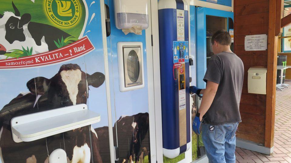 V prodejních automatech už běžně nakupujeme cigarety, sladkosti, nápoje a od roku 2009 i mléko