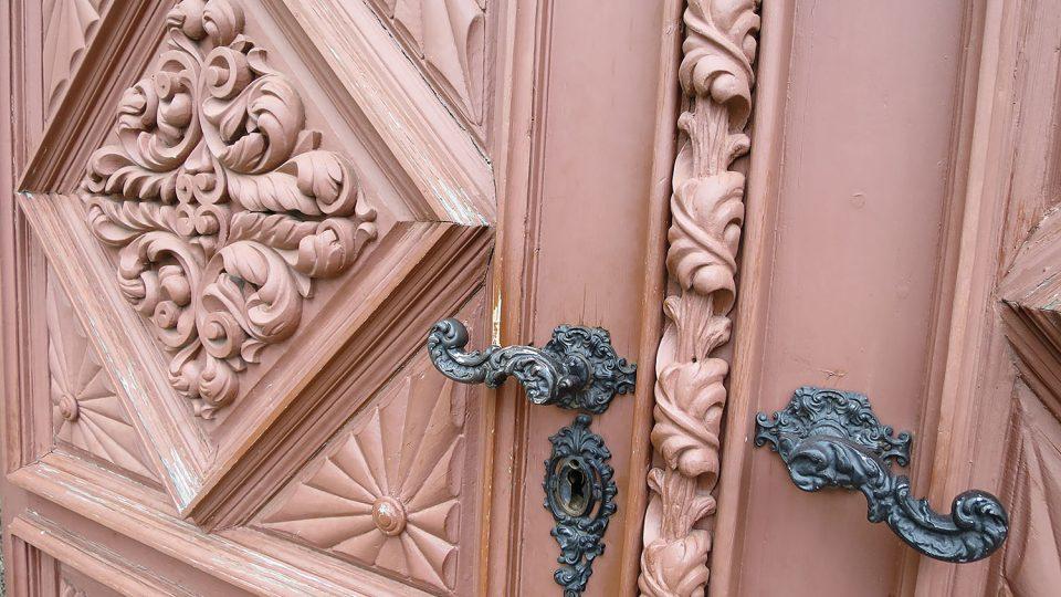 Vrata domu čp. 181 na Palackého náměstí (mateřská škola) s mimořádně plastickou řezbou