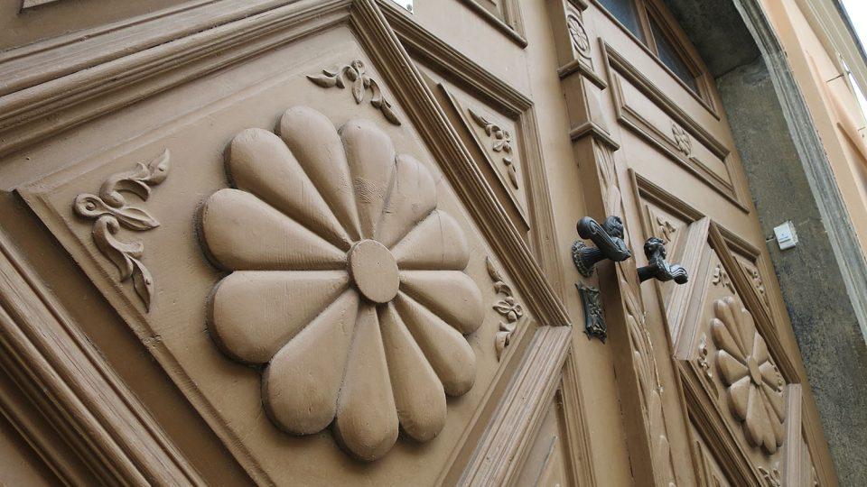 Zdobené dveře a vrata v Poličce měly nejčastěji hnědou a okrovou barvu