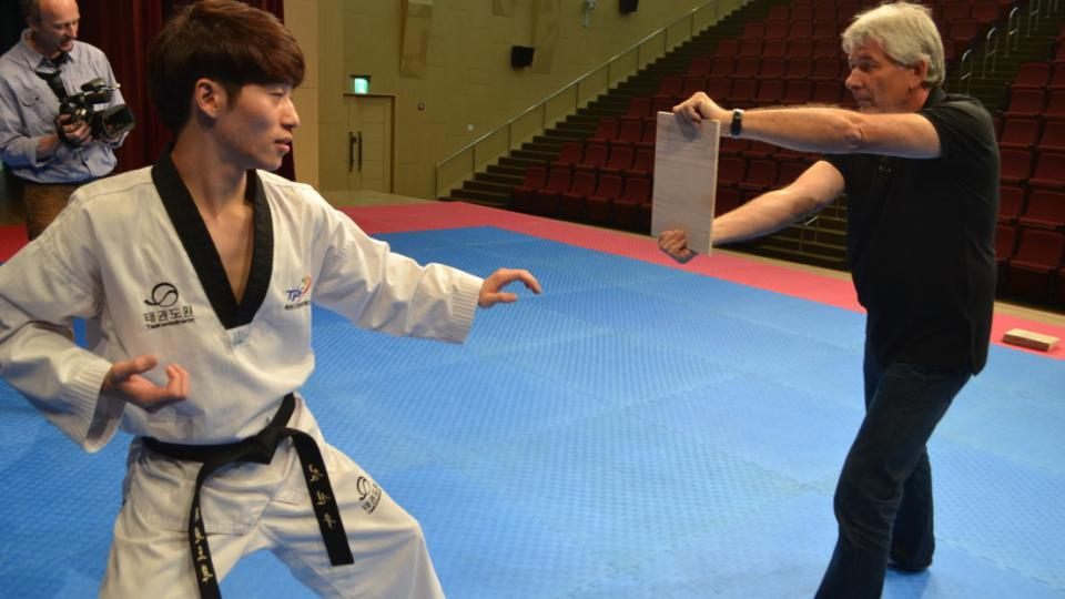 Petr Voldán jako figurant v jihokorejském tréninkovém středisku taekwondo