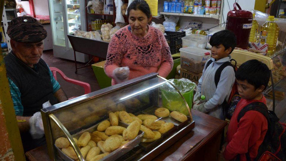 Kluci z města Encarnación si v tržnici kupují svačinku