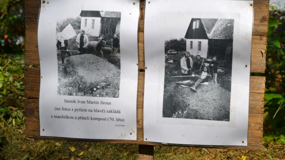 Ivan Martin Jirous zakládá kompost, foto ze zahrady ve Staré Říši