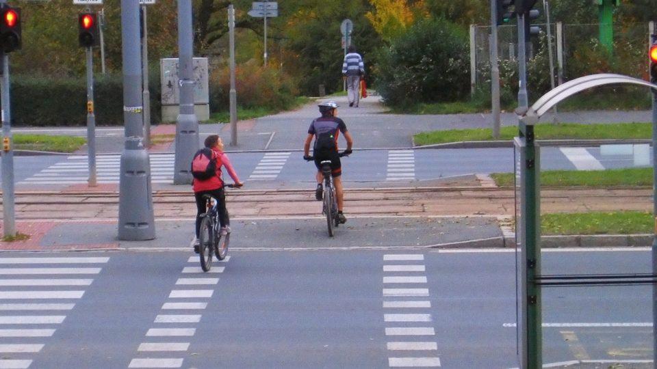 Přejezd pro cyklisty vedle přejezdu pro chodce