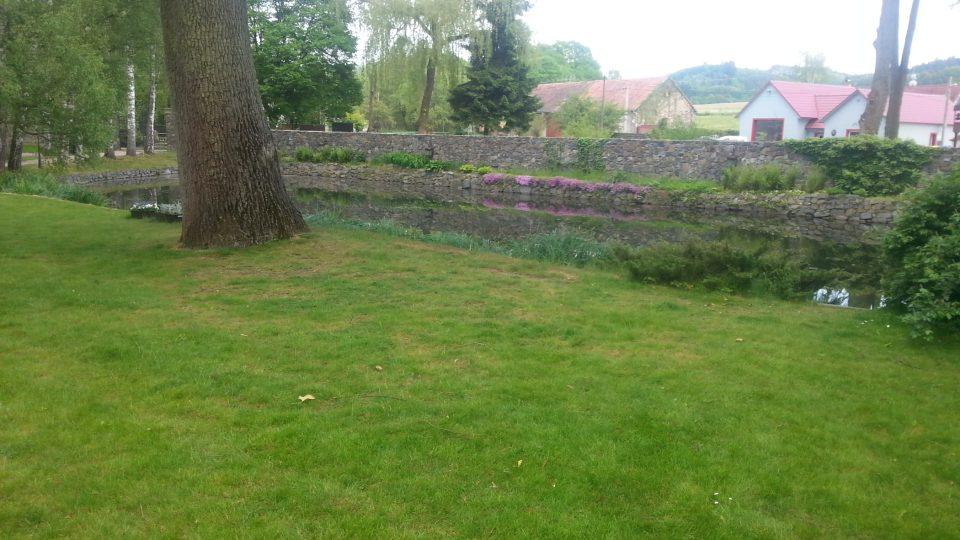 V okolí zámku naleznete i udržované zahrady