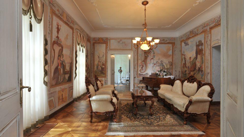 Malovaný hudební salónek