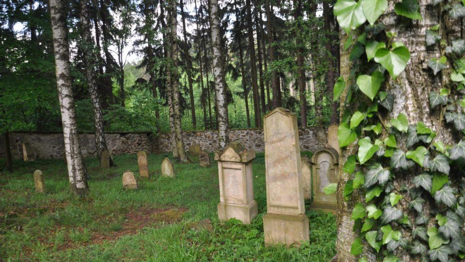 Polovina náhrobků je otočena k východní, druhá pak k západní straně