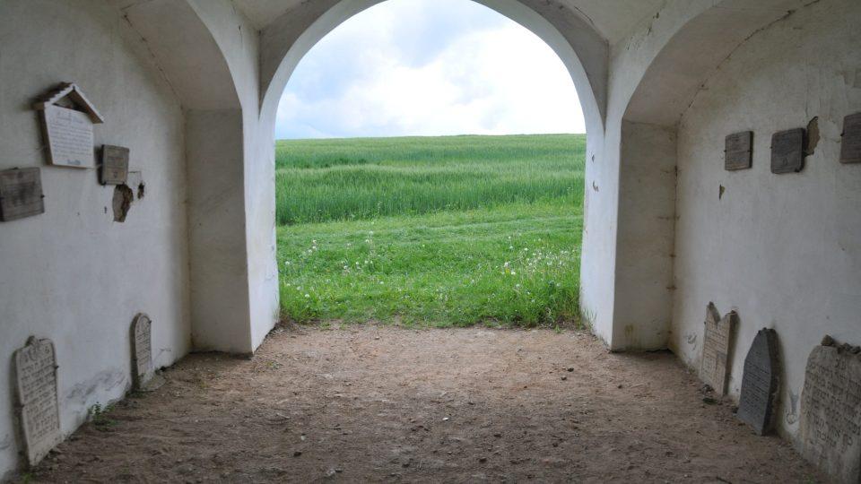 Současná vstupní brána bývala dříve márnicí a byl zde uschován pohřební vůz