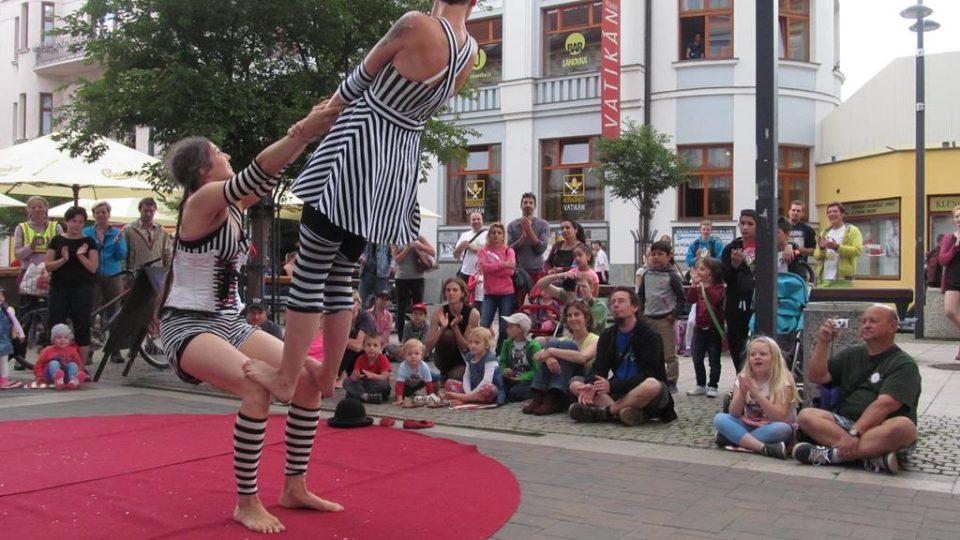 Festival pouličního umění Buskers fest v Českých Budějovicích - duo Belle Etage