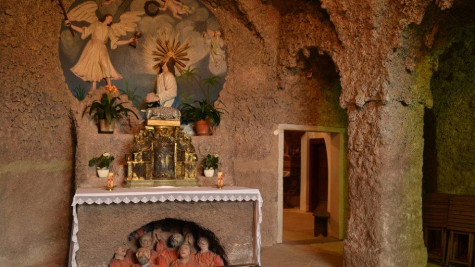 Pod oltářem je reliéfní vyobrazení očistce